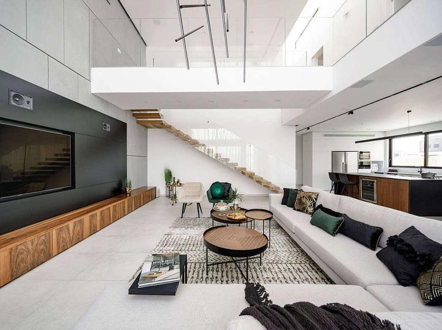 Cầu thang chất liệu gỗ, kính phù hợp với chất hiện đại của phòng khách